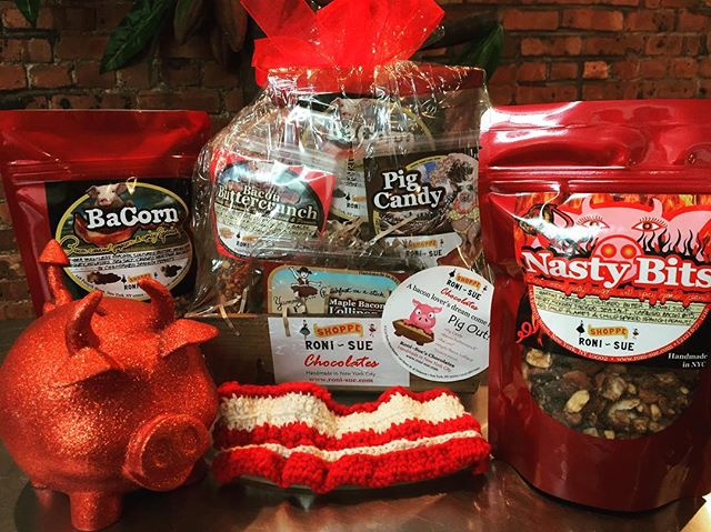 Win 4th of July! 🎆🎇 Bring your hosts our Pig Out Package 🐷🥓🍫Open late today! #comeandgetit #pigcandy #chocolate #bacon #buttercrunch #toffee #nastybits