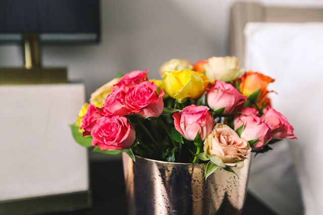Add spring vibes to your space with a fresh bouquet of flowers! . . . . . #flowers🌸 #flowerstyle #flowerstyles #flowerstyling #chicagoflowers #springflorals #springflower #springflowers🌸#chicagointeriordesign #chicagointeriordesigner #chicagodesign #chicagohomes #chicagointeriors #chicagosmallbusiness