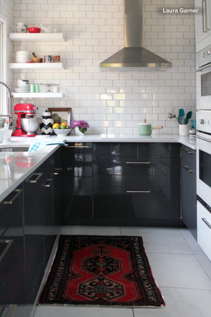 Black kitchen cabinets white subway tile for Black kitchen cabinets white subway tile