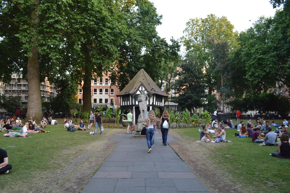 Por passar boa parte do ano com o tempo nublado, os Londrinos definitivamente sabem ocupar o espaço público e aproveitar o sol. / Tudor Style Structure - Soho Square Garden