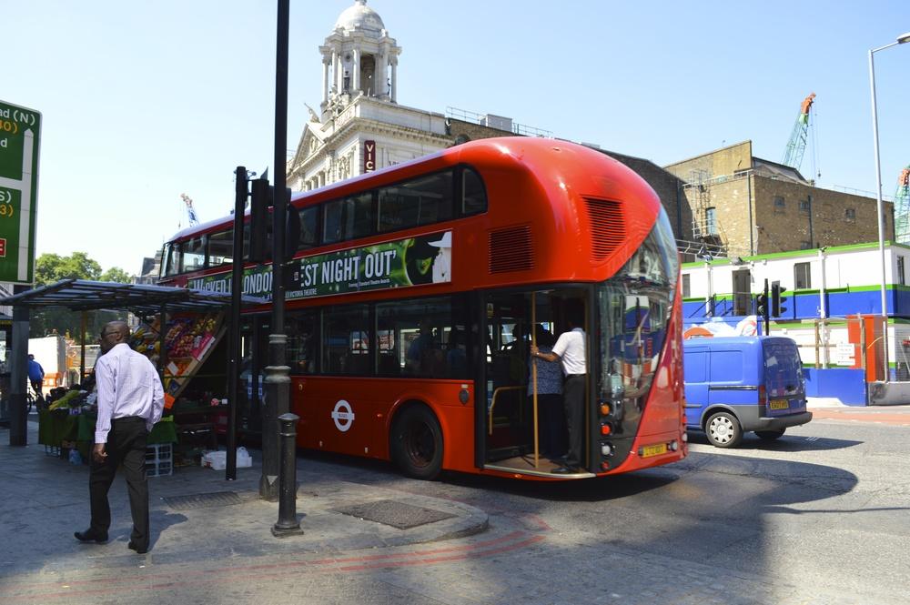 O novo modelo de ônibus em desfile.