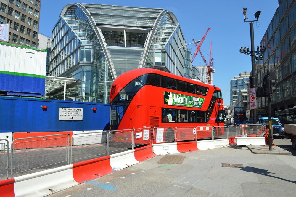 A traseira do novo ônibus: Uma faixa de vidro que acompanha o passageiro ao subir a escada para o deck superior.