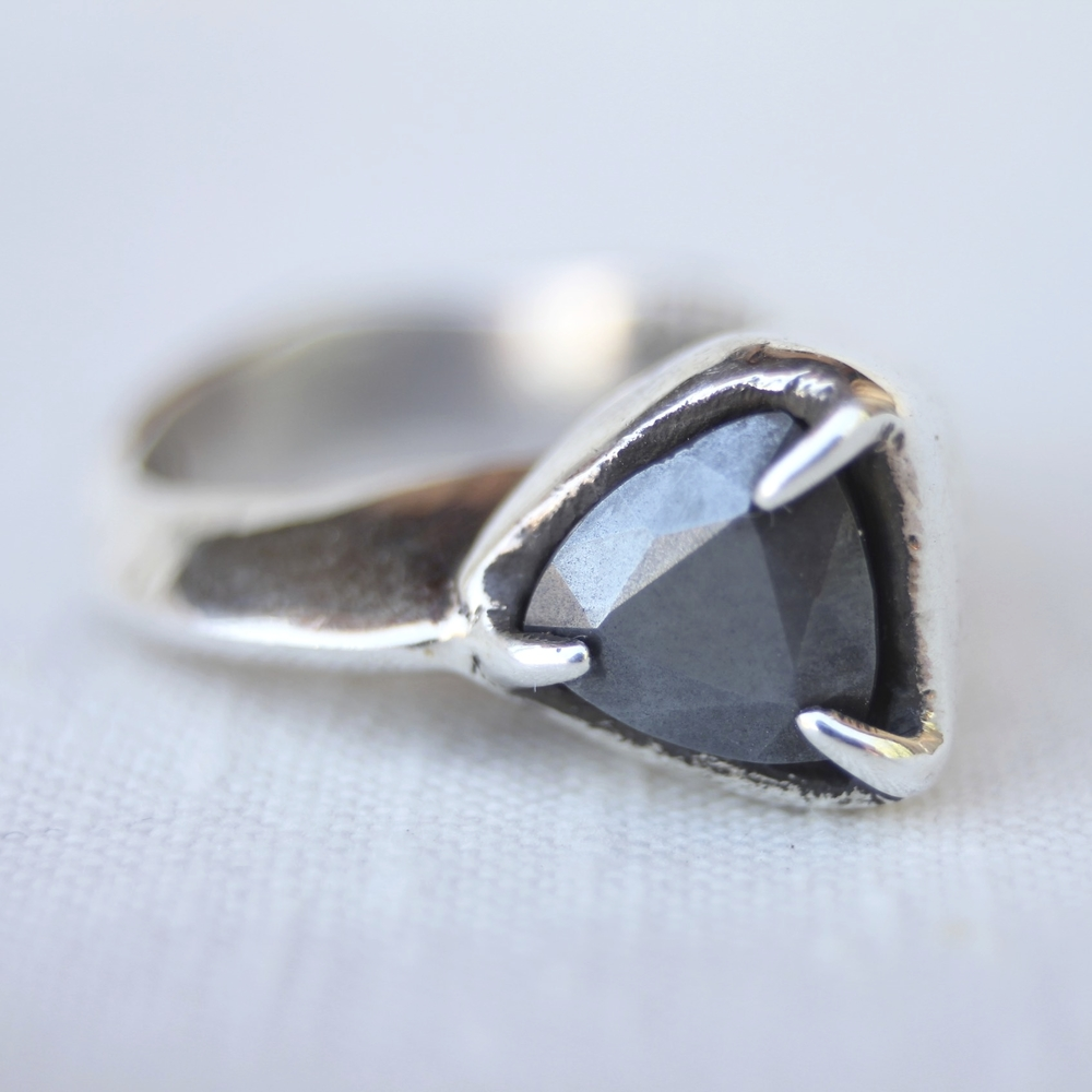 NAUTILUS ring cast in sterling silver with hematite stone Siri