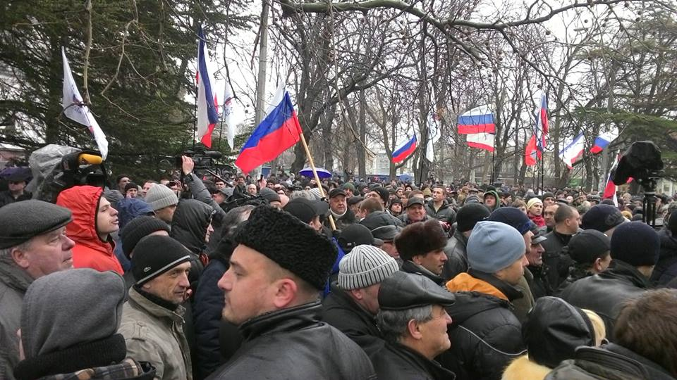 Protesters on Crimea with Russian flags