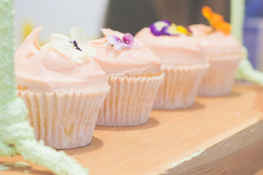 Vanilla Cupcakes with Edible Flowers #bluebellscakery