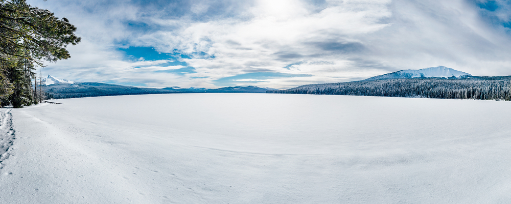 Panoramic of snow covered Diamond Lake with Mt Thielsen, Mt Bailey and Crater Lake caldera in the middle