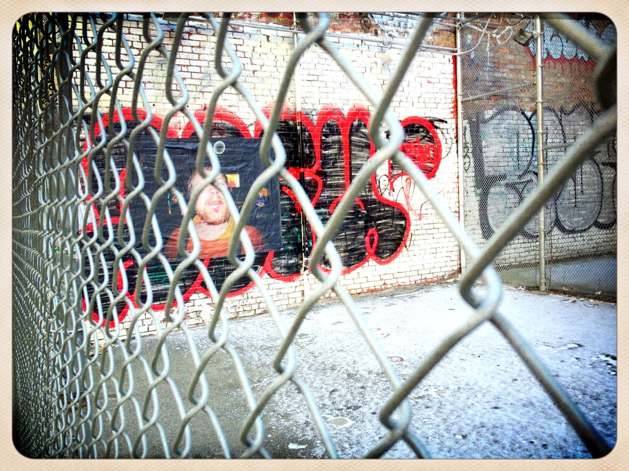 Through the wire - #peppersearch #pepper #graffiti #nyc #soho #gate #wall