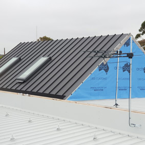 MORNINGTON RESIDENCE, VIC MONUMENT MATT - SINGLE-LOCK STANDING SEAM