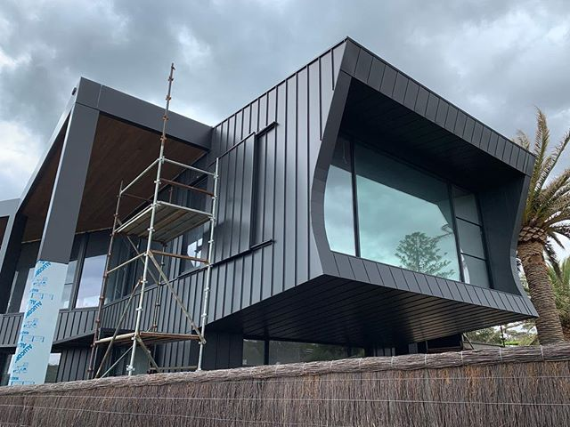 Mount Eliza project a stones throw away from the ocean. Single - Lock Standing seam to the walls and our Flat-Lock system to the soffit areas. PVDF Satin Black Aluminium material. What an amazing project to be involved in. Architect - @wolveridge Builder - Pope Constructions. #archclad #metalcladding #facade #newhome #home #builder #built #design #standingseam #aluminium #coastal #beachhouse #ocean #morningtonpeninsula #morningtonpeninsulabuilders #design #modern #designer #architect #marine #architecture #ideas #mteliza #melbourne #madeinmelbourne