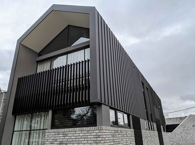A finished look at this stunning Port Melbourne Residence. @colorbondsteel Monument Matt in Single-Lock Standing Seam. Roof + Wall junction detail with hidden box gutters. Builder - @clancyconstructions #cladding #metalcladding #facade #architecturalcladding #colorbond #matt #standingseam #architecturalcladding #building #built #architecture #architect #design #designer #home #newhome #custom #residential #portmelbourne #madeinmelbourne #victoria