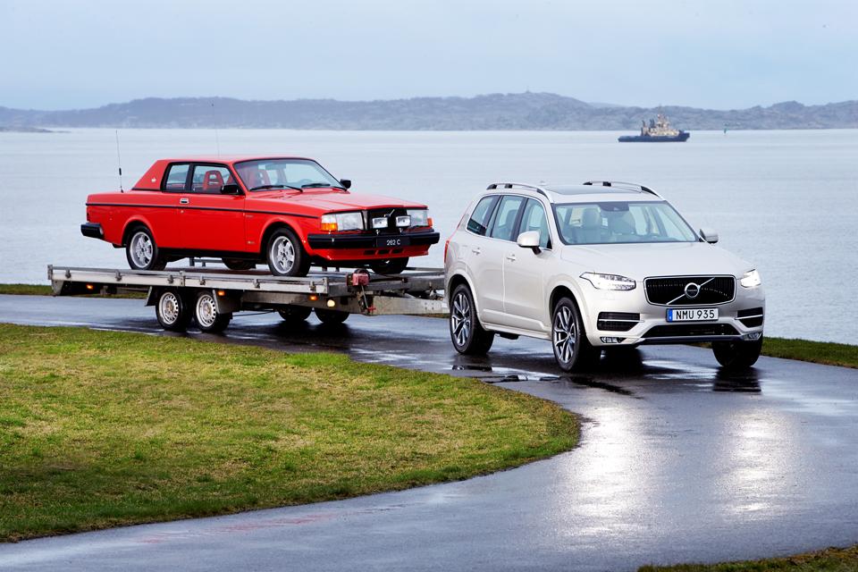 160848_Volvo_262C_von_Pehr_G_Gyllenhammar_1981_hinter_dem_neuen_Volvo_XC90_2015.png