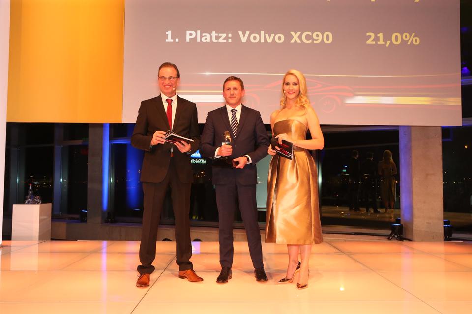 170049_Thomas_Bauch_nimmt_die_Auszeichnung_Auto_Trophy_entgegen.png