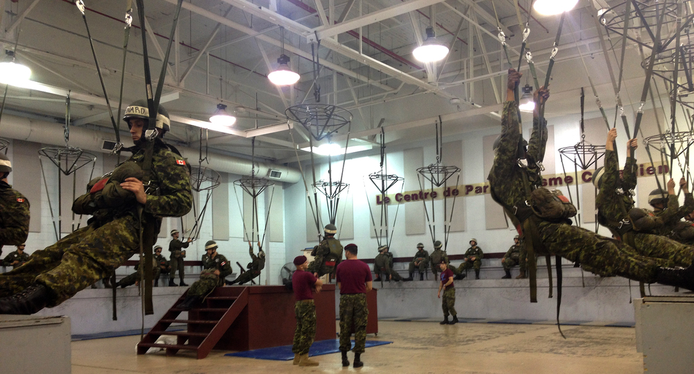 Cadets and Regular Force soldiers complete a drill to simulate falling from an airplane with a deployed parachute as part of the Para Course at CFB Trenton. (Evelyn Brotherston)