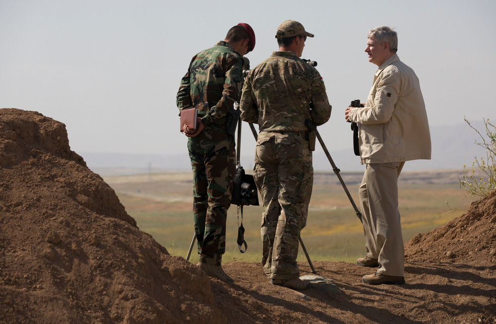 Prime Minister Stephen Harper tours the CANSOF and Peshmerga Programme of Instruction (POI) in Iraq, May 2015. (Jason Ransom, PMO)