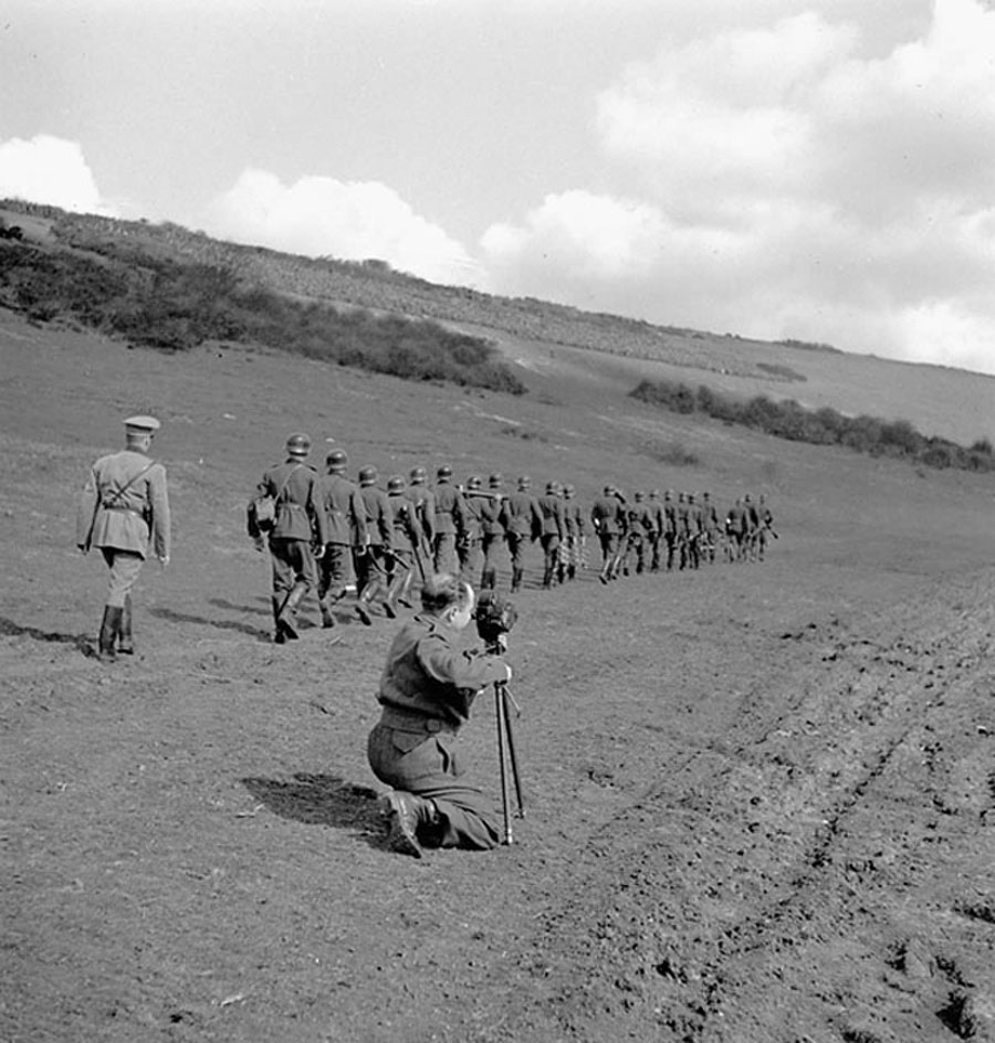 Sergeant Alan Grayston of the Canadian Army Film and Photo Unit filming a Canadian demonstration of German infantry tactics, Polegate, England, March 28, 1943. Photograph by Lieut. Jack H. Smith. (dnd, library and archives Canada, mikan   3210377  )