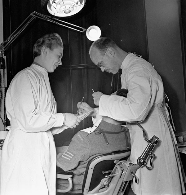 Dentist's office at Canadian Military Headquarters, London, England, March 7, 1943. (dnd, library and archives Canada, pa-    144269    )