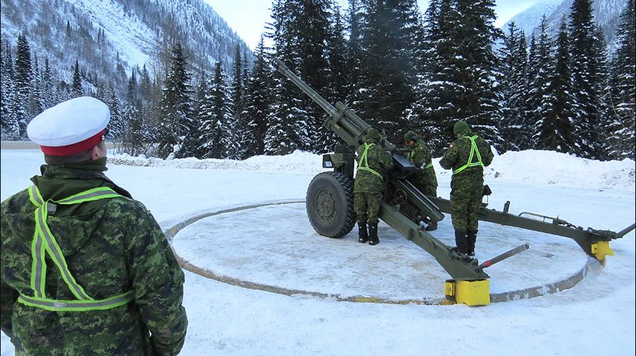 An Assistant Instructor-in-Gunnery oversees a C3 105mm Howitzer Detachment at Rogers Pass, British Columbia during Annual Avalanche Control operations on December 13, 2016. Photo: ©2017 Parks Canada.