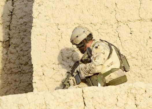 A Joint Task Force 2 soldier hugs the wall as he prepares to reach a corner. Canadian Forces members often came under direct fire from Taliban insurgents during their combat mission as part of U.S.-led Operation ENDURING FREEDOM. (dnd)