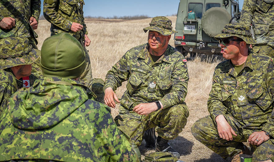Sergeant Taylor Warren of The Fort Garry Horse, a Canadian Army Reserve armoured regiment based in Winnipeg, Manitoba, gives orders to his troop during Exercise ARMOURED BISON 2018 on April 28, 2018. Photo: Corporal Natasha Tersigni, 38 Canadian Brigade Group Public Affairs. ©2018 DND/MDN Canada.