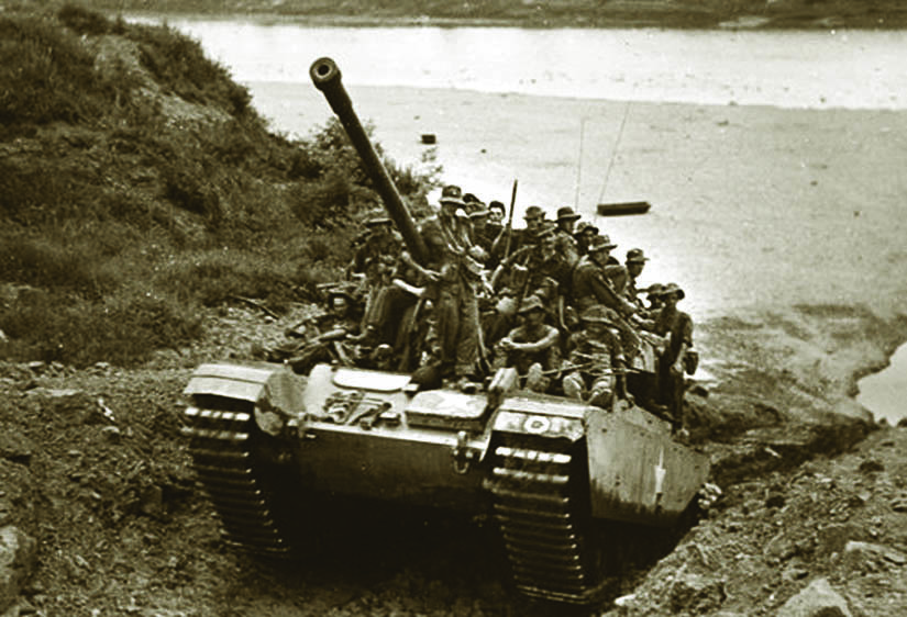 A Centurion tank provides a lift to Commonwealth troops in Korea. (IMPERIAL WAR MUSEUM)
