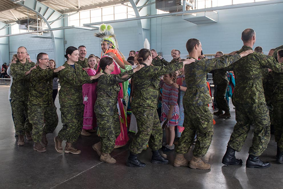 Participants enjoy Indigenous Awareness Week events at 5th Canadian Division Support Base Gagetown in Oromocto, New Brunswick on May 25, 2018. Photo: Aviator Basic Karine Charette, Tactics School, 5th Canadian Division Support Base Gagetown. ©2018 DND-MDN Canada.