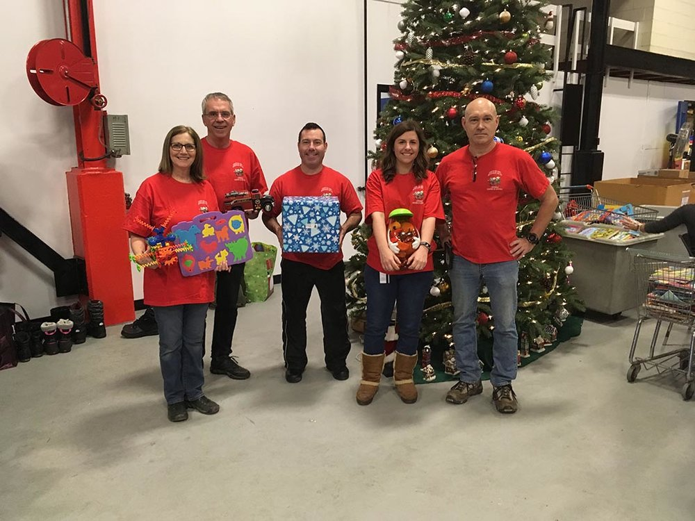 Spouses Line Renaud and René Blanchette (a retired firefighter), along with three members of 202 Workshop Depot, including Master Corporal Papken Topjian, Laura Monaco and André Morisseau, form the organizing committee for the Christmas toys project. Photo : Yves Bélanger, Le Servir