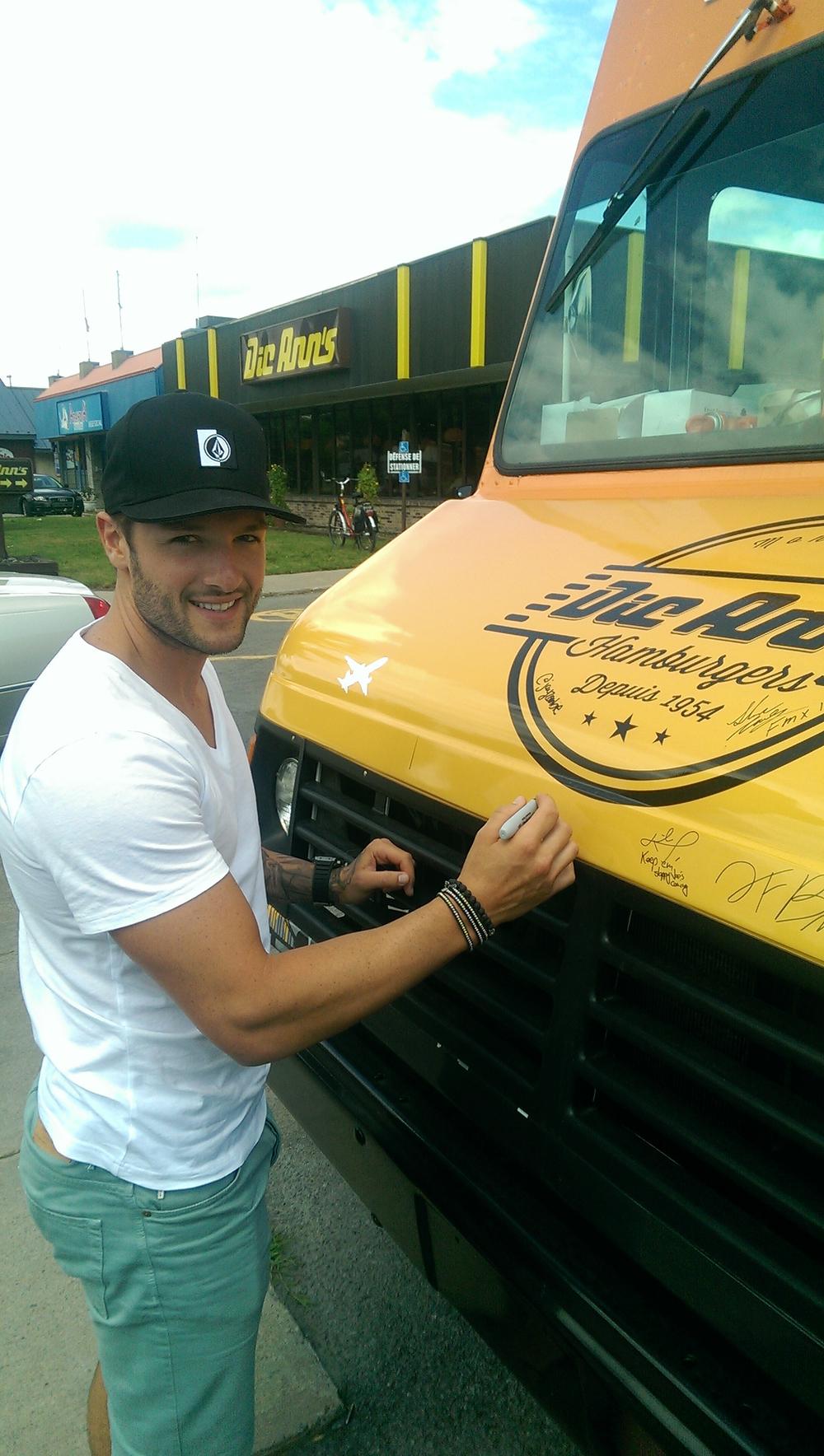 Jonathan Bernier a mis son autograph sur notre restaurant mobile! - Jonathan Bernier signs our food truck!  http://en.wikipedia.org/wiki/Jonathan_Bernier