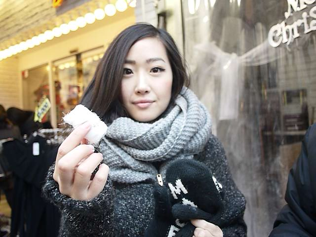 [Eating Honey Candy filled with Almonds (꿀타래- Ggultare) at Insadong]