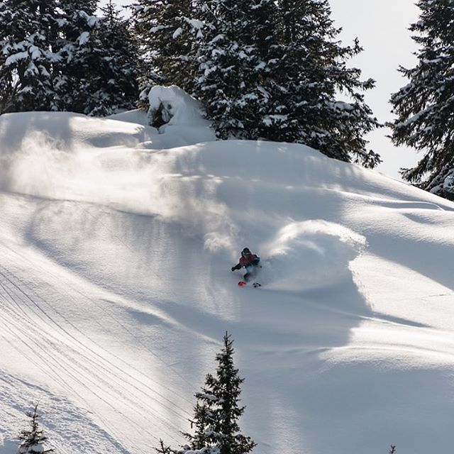 @benzreichenbach perfect turns . . Big sale on -40% on all this years clothing #gstaad#gstaadmylove #glacier3000 #perfectmoment