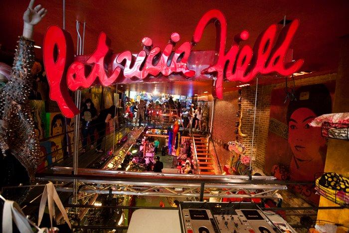 http://patriciafield.com Tem um salão MARA lá dentro (: There's a great salon inside!