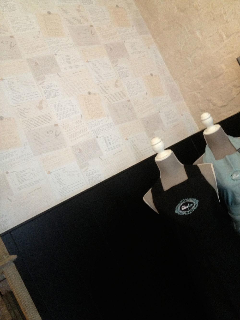 behangpapier + modieuze schort.De kaasfee had een duidelijke visie en smaak. We doorsnuffelden samen het unieke behangpapier van de gezusters Priem in Gent. Uiteindelijk won dit prachtige receptenpapier (Flamant) met verve. Excellent idee en mooie keuze van de zaakvoerster!