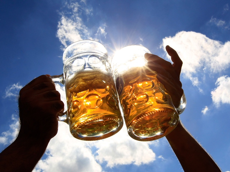 toasting-with-beer-mugs-with-sky-in-background_133632.jpg