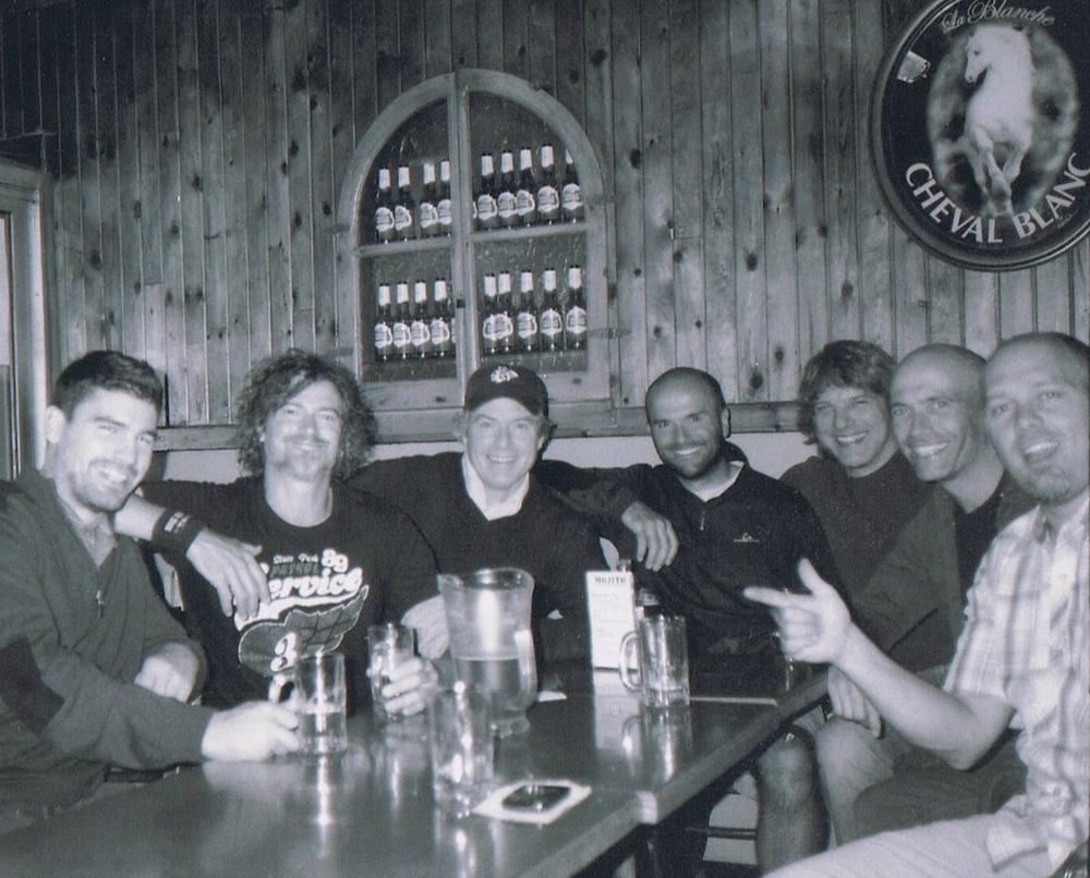 Photo d'archive d'après match à la Cabane à l'époque du Brotherhood.De droite à gauche: Pierre-Luc,J-F,Fern,Dan,Larry,Mike et Eric, tous membres de la LFA aujourd'hui