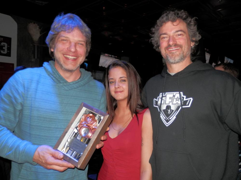 Larrygagnant du meilleur esprit hors glace en compagnie de Astacia du Windsor hyper bar & grill et you know who durant la remise des prix lors du gala de fin de saison
