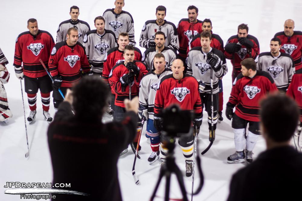 Photo prise lors de la séance de photo de groupe avant le matchs opposant les tomahawks de Rouge Horizon contre les Bily Kun Czechers samedi après-midi.