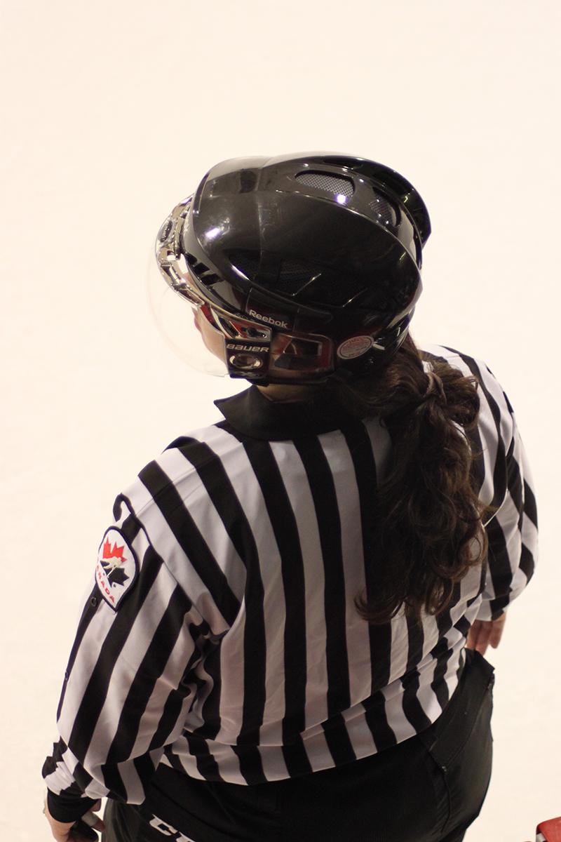 """emmanuelle """"la couette""""crevier, la première officiel à arbitrer des matchs de la lfa, lors d'une des rencontresdimanche soir à l'aréna du collège notre-dame.(photo jeremy poliquin)"""