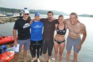 Maguy en compagnie des autres nageurs aillant traversé le lac Massawippi.