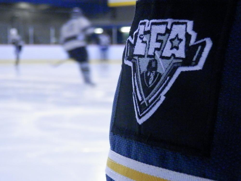 Notre nouveau écusson que vous pouvez appliqueroù bon vous semble, que Craig Higgins des Czechers a cru bon faire coudre sur ses culottes d'hockey pour un look du tonnerre !. (photo JFD)