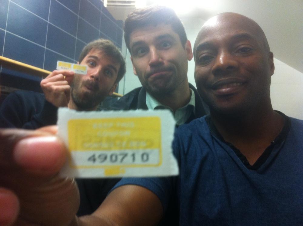 Felix Dufour-Labrecque, Pierre-Luc Goudreault et Robinson Henri tenant le billet gagnant du 50/50 de ce mois-ci (Photo JFD)