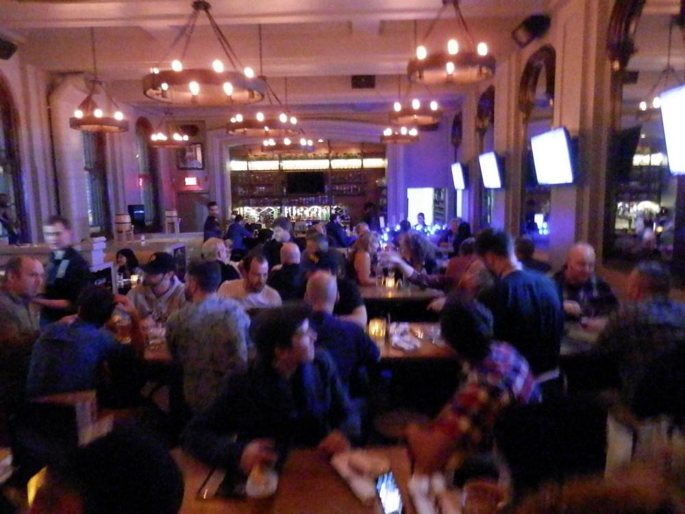 La LFA d'une table à l'autre de la Brasserie Saint-Denis samedi soir dernier (photo JFD)