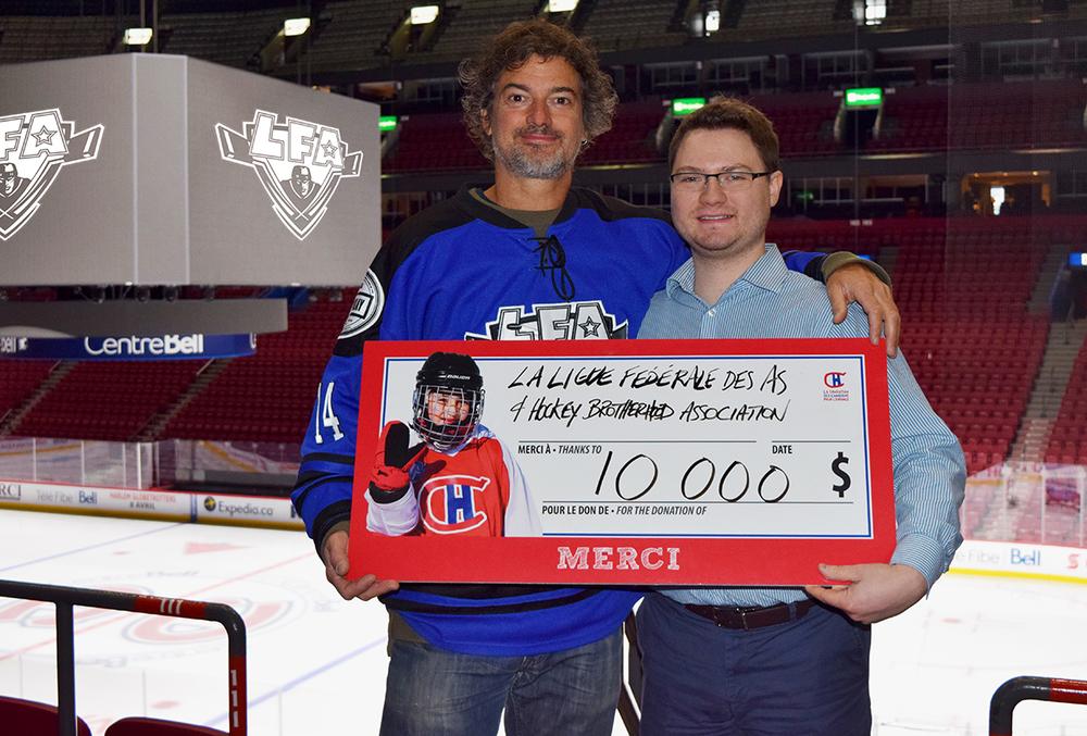 Jean-François DesBois, PDG de la LFA, offrant un chèque de 10 000$ à Ryan Frank de la Fondation des Canadiens pour l'Enfance.