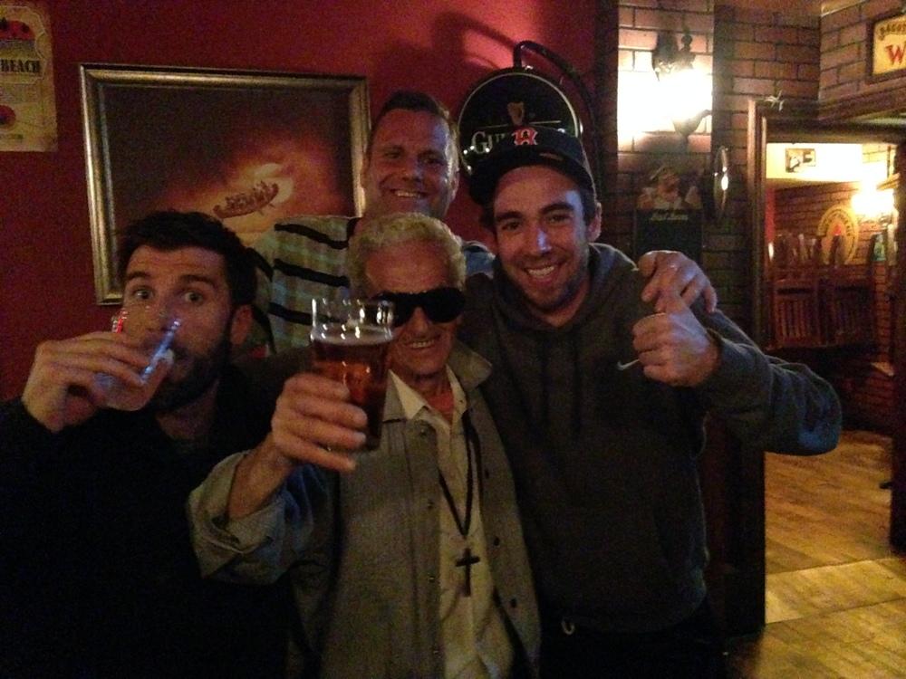 """Félix """"Datsuyk"""" Dufour-Labrecque des Tomahawks, Craig Higgins des Avengers, Simon """"Poster Boy"""" Lavery-Lebeau des Vipers et un drôle de monsieur croisé au Pub McCarold's dimanche dernier lors de l'après-match (Photo Sébastien Mainville)"""