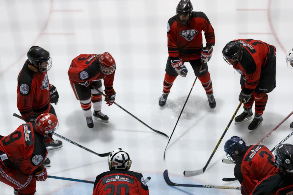Les Tomahawks se préparent à disputer leur match en arborant le logo de leur nouveau commanditaire. (Photo Alain Barabasy)
