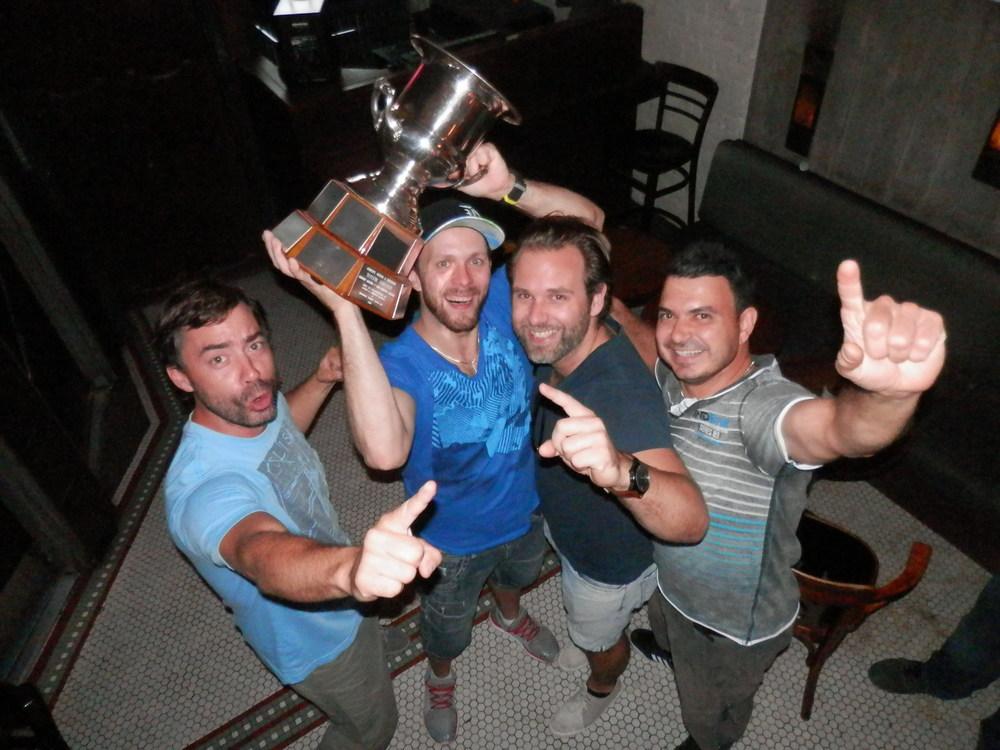 Le cœur des Avengers lors du couronnement des champions mercredi dernier au bar Bily Kun. Seb, Rick Ian & Gio étaient tous bien heureux de soulever la coupe Heritage pour la première fois de son histoire comme la base fut créé lors de l'hiver dernier.(photo JFD)