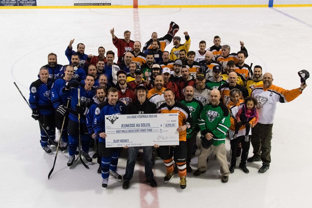 Certains des membres de la lfa lors de la grande finale 2017 avec un chèque des fonds RECUEILLIS pour le programme de développement hockey slap de jeunesse au soleil. (photo Joe Flemings)