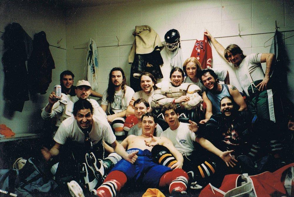 Équipe pour un tournoi dans le bout de Québec au début des années 90. Vous reconnaîtrez peut-être Donald, Larry, moi-même ainsi que big Dan, Steve et le regretté Pino de Québec, grand jovialiste qu'il était. Malgré quelques dégelées en règles, y compris contre une équipe qui avait son propre bus, ça été du gros fun all the way! Les voyages de hockey en gang, c'est ça !!