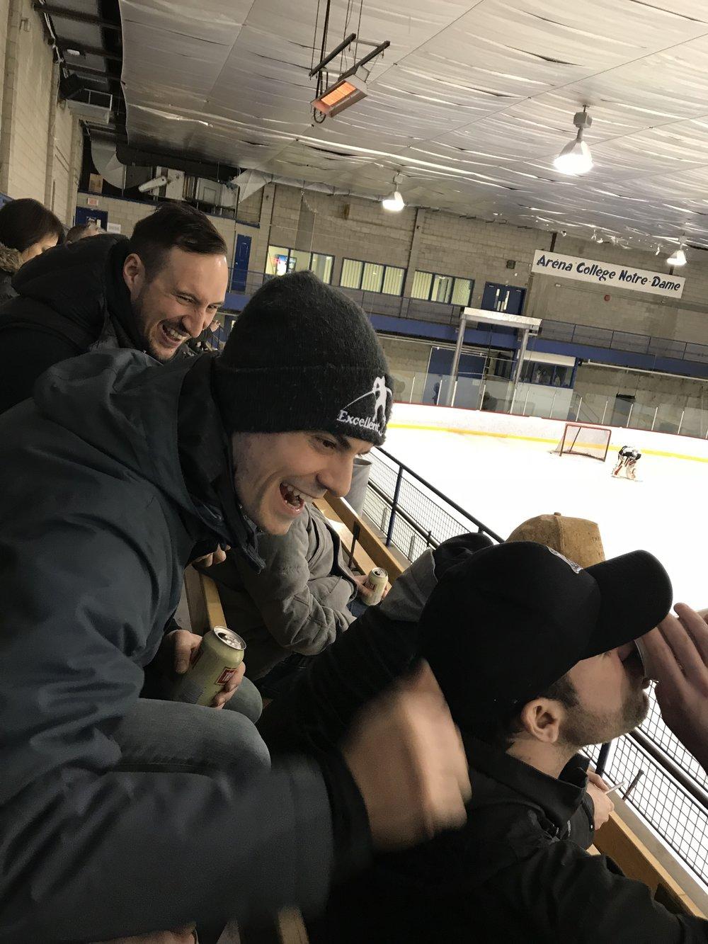 Pat, Dan et quelques membres des Météores qui sont restés dans les estrades après leur match pour profiter de la vie, boire une coupe de bières, regarder du hockey de série et surtout pour avoir du gros fun ! (photo Stefan Marquis)