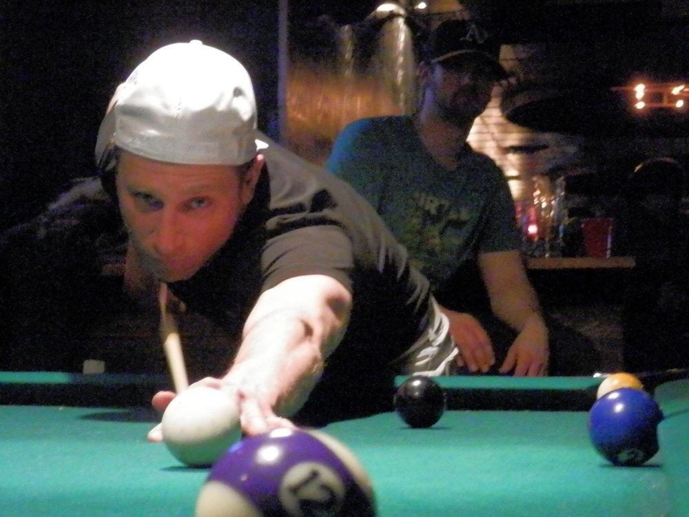 """Le souper de fin de saison des rhinos s'est transporté au bar fly, un des """"dive bar"""" par excellence sur la main pour une couple de games de pool.(photo d'archive de mimi et pat)"""