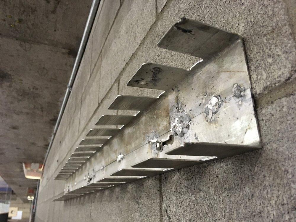 les nouveaux supports à bâtons à l'aréna du collège (photo jfd)