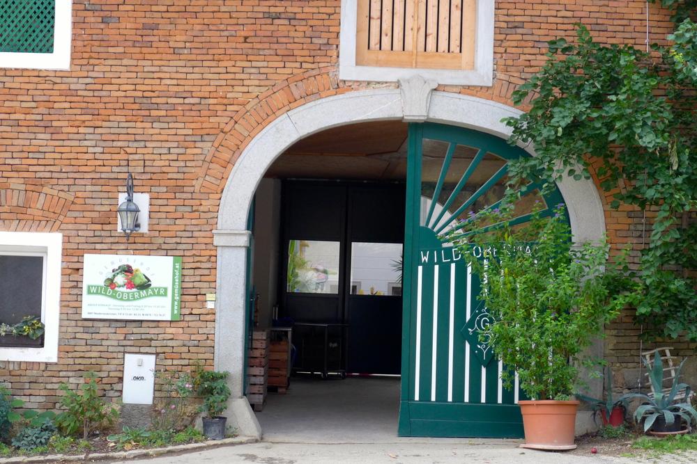 Hier der Eingangsbereich vom Gemüsehof. Hinter diesen Türen beginnt das Abenteuer!